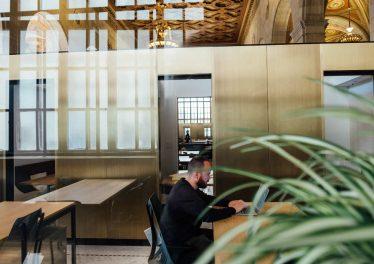 Tips til at indrette arbejdspladsen med brugte møbler